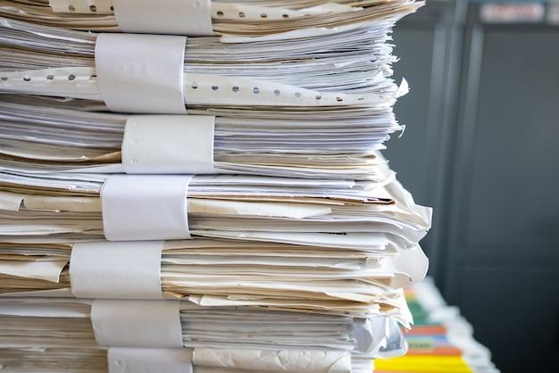 多くの書類がオフィスに積み上げられています。 Premium写真