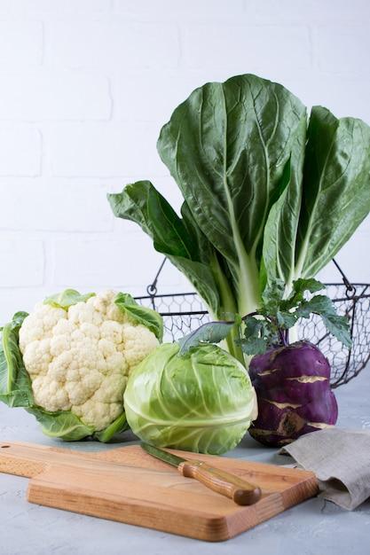 野菜料理の準備のための多くの種類の新鮮なキャベツの成分。カリフラワー、葉キャベツ、チンゲン菜、コールラビ Premium写真