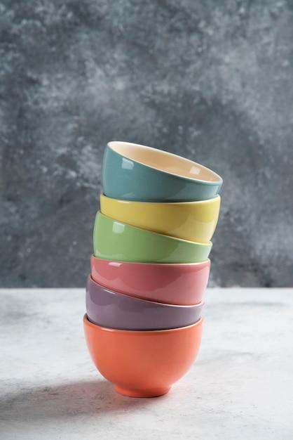 회색에 다채로운 그릇의 많은. 무료 사진