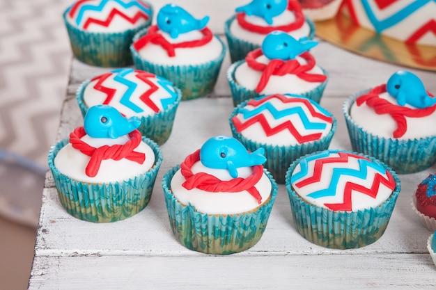 Много сладких кексов на день рождения Premium Фотографии