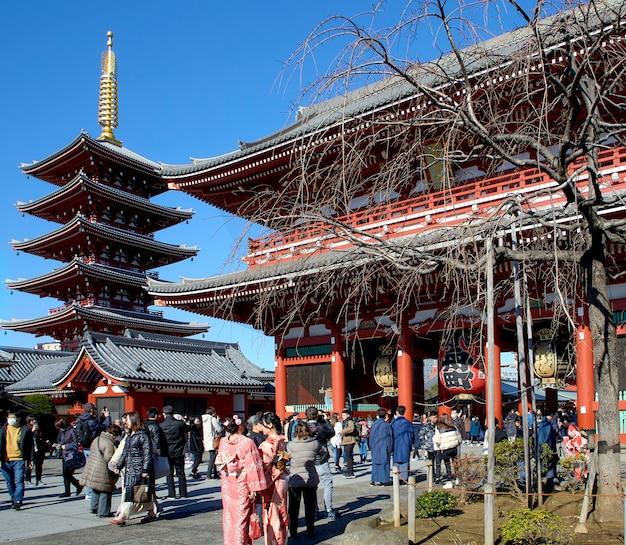 Много путешественников у входа в храм сэнсодзи Premium Фотографии