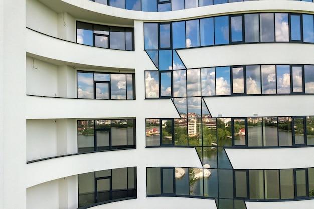 새 아파트 건물 외관에 많은 창문. 프리미엄 사진