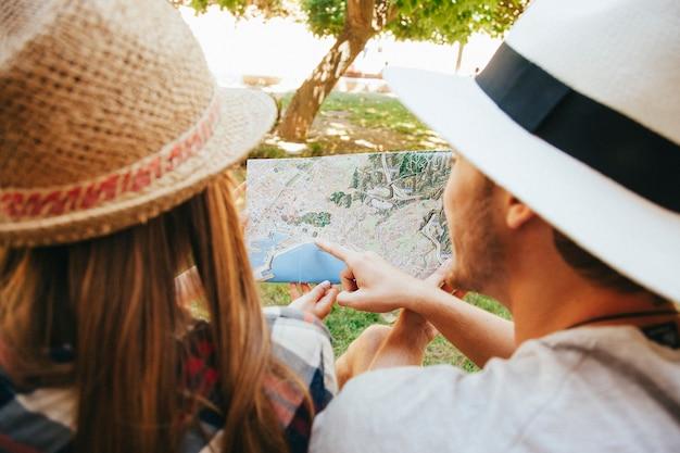 Карта и путешественники в парке Бесплатные Фотографии