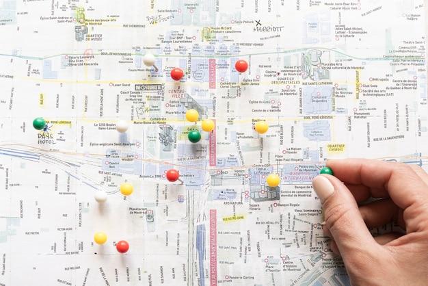 手で配置されたピンでマークされた地図 Premium写真