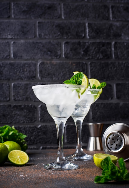Margarita cocktail with lime and ice Premium Photo