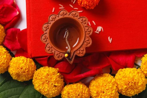 ディワリ祭、インディアンフェスティバルの花飾りのマリーゴールドの花rangoliデザイン Premium写真