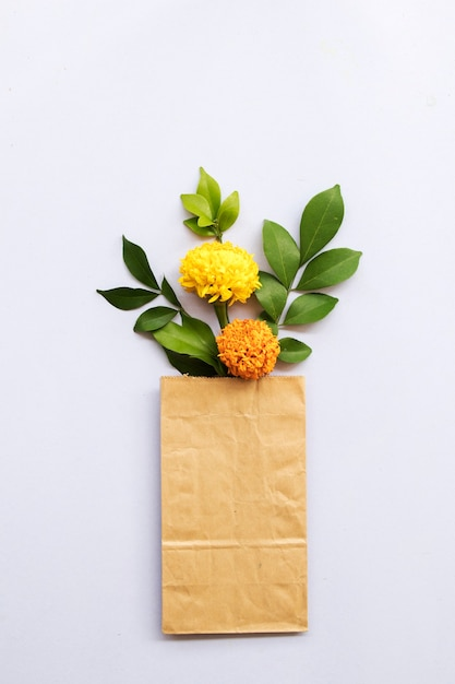 紙袋にアジアのマリーゴールドの花 Premium写真