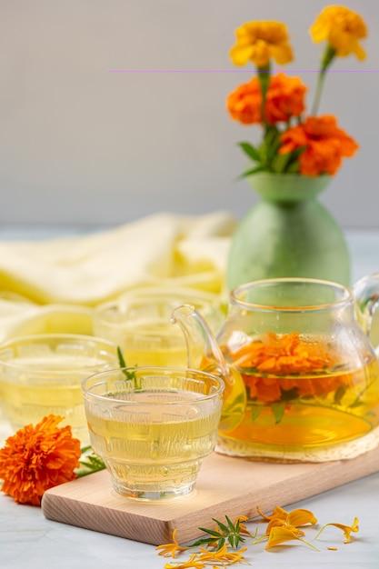 Концепция лечения календулы, лимона, меда и травяного чая. Бесплатные Фотографии