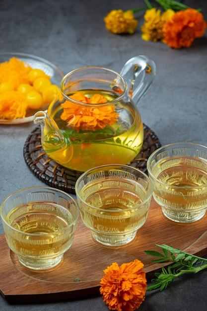 Tagete, limone, miele, tè alle erbe concetto di trattamento. Foto Gratuite