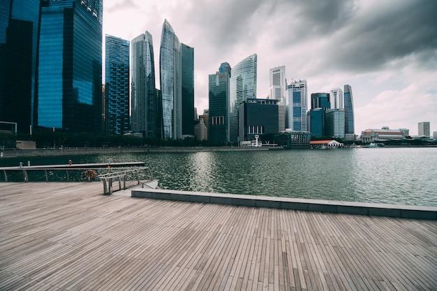 Марина бэй и финансовый район с офисным зданием небоскребов Бесплатные Фотографии