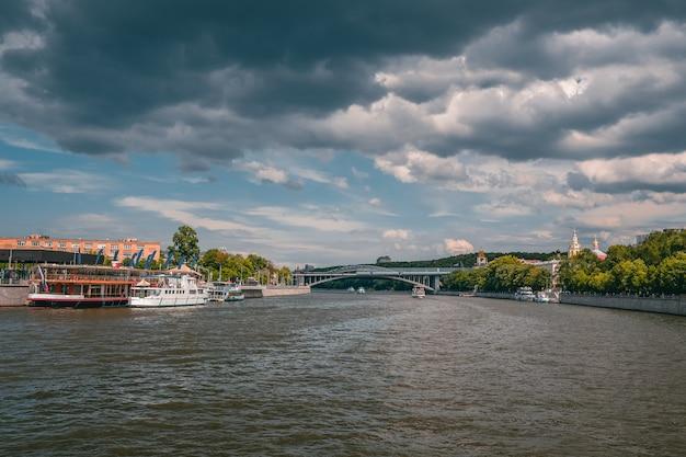 모스크바 강에 배를 가진 마리나 모스크바 강에 배를 화이트 프리미엄 사진