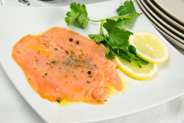 Marinated salmon with lemon sliced and parsley Premium Photo