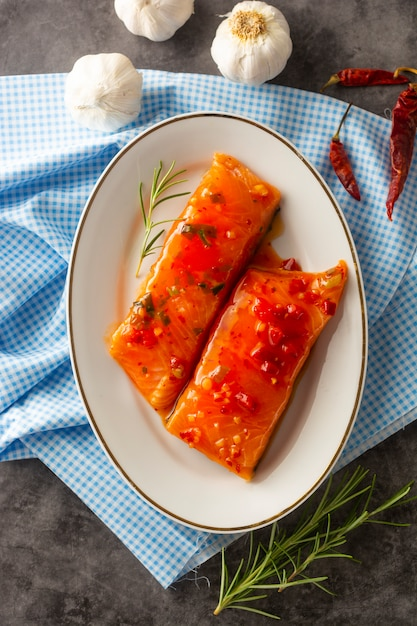 Marinated slices of salmon fillet Premium Photo