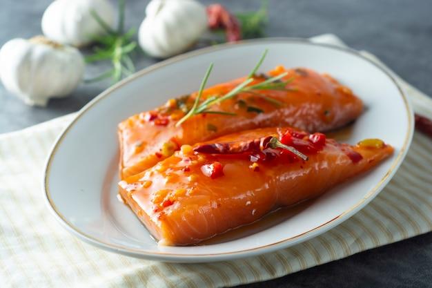 Marinated slices of salmon fillet Premium Photo