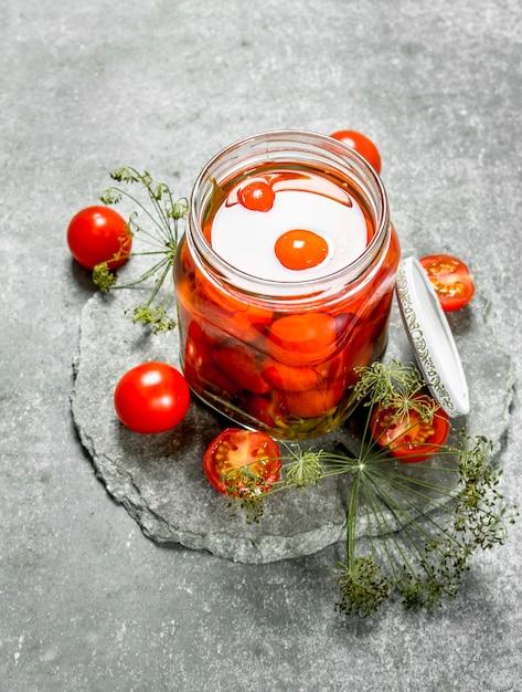 トマトとハーブのマリネ。石の背景に。 Premium写真