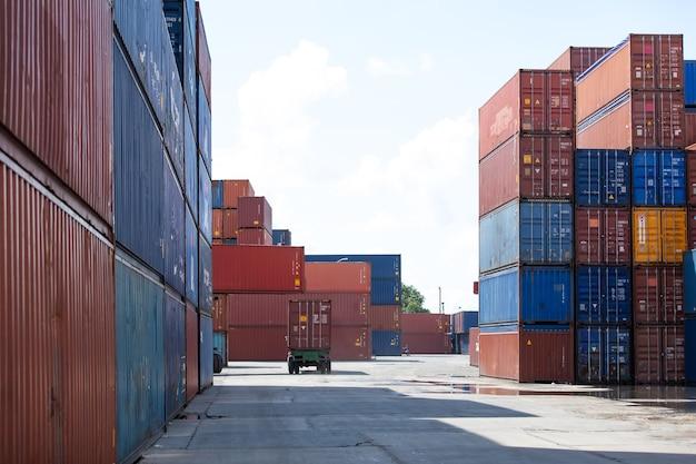 Концепция морского и транспортного страхования. грузовая контейнерная площадка. ящик для перевозки грузов в логистической отгрузке. красочные стеки грузовых контейнеров в морском порту. Premium Фотографии