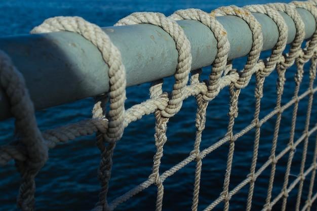 Морской фон. закройте морские веревки и узлы против моря. Premium Фотографии