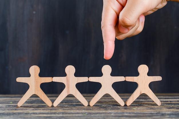 Concetto di analisi del cliente e di vendita sulla vista laterale del fondo di lerciume e di legno. dito mirato uomo di legno. Foto Gratuite