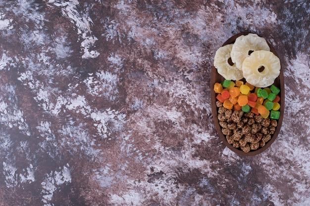 マーマレードとドライスライスフルーツ、大理石のテーブルに木製の大皿 無料写真