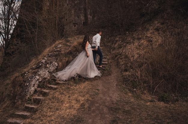 Супружеская пара мужчина с беременной женщиной Premium Фотографии