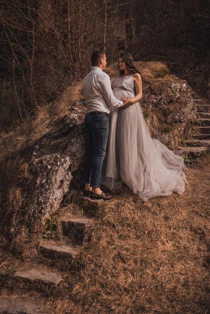 Супружеская пара ожидает ребенка Premium Фотографии