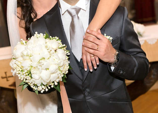 Married couple with bouquet of peonies Premium Photo