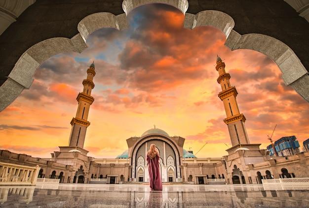 Masjid wilayah persekutuan at sunset in kuala lumpur, malaysia. Premium Photo
