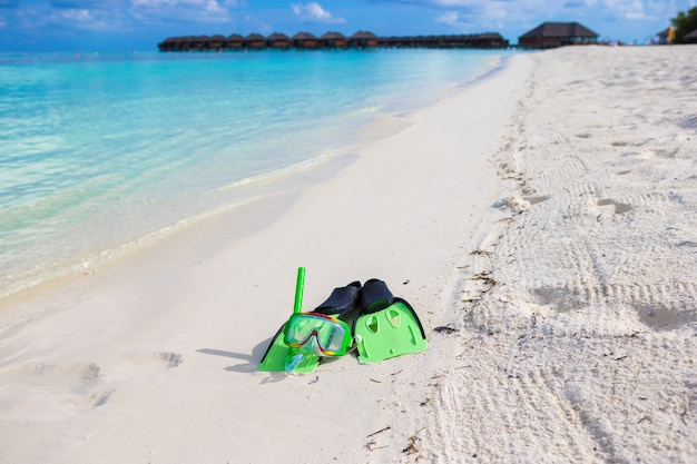 Маска, трубка и ласты для подводного плавания на белом песчаном пляже Premium Фотографии