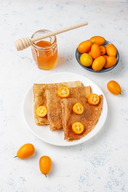おいしい朝食。正統派の休日maslenitsa。キンカンとホネのクレープ、上面図 無料写真