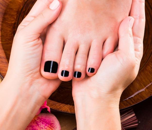 スパサロンでの女性の足のマッサージ-美容トリートメントのコンセプト 無料写真