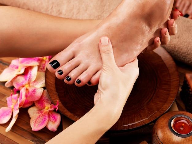 Massaggio del piede della donna nel salone della stazione termale - concetto di trattamento di bellezza Foto Gratuite