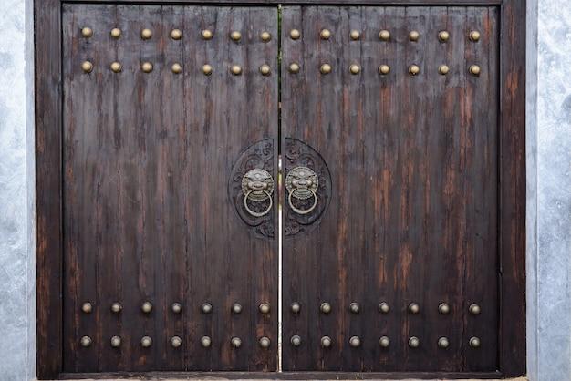 和風の巨大な木造門。 Premium写真