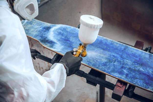Мастер-маляр на фабрике - промышленная окраска дерева с помощью краскопульта. Бесплатные Фотографии