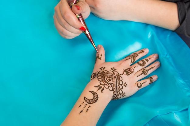 Мастер татуировки менди на дамской руке Бесплатные Фотографии