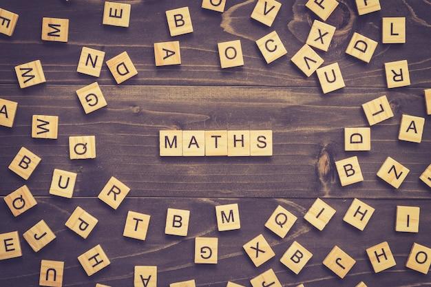 Maths word wood block на столе для бизнес-концепции. Premium Фотографии