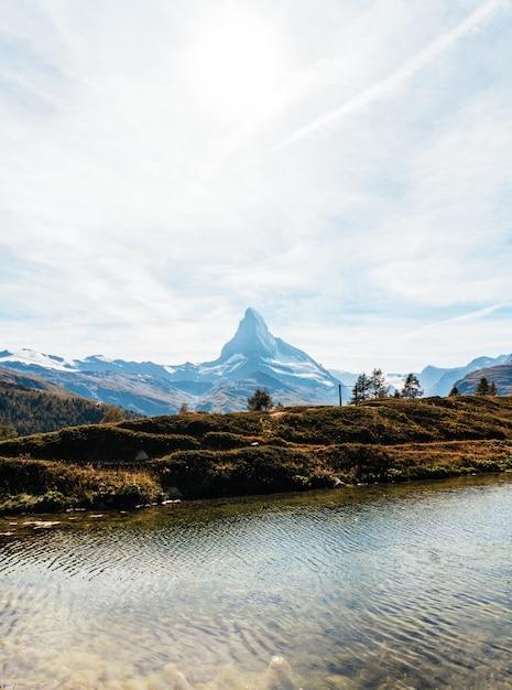 ツェルマットのライツェ湖とマッターホルン Premium写真