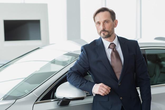 成熟したビジネスマンがディーラーサロンで車を購入 Premium写真
