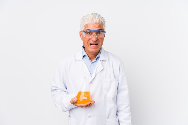 Зрелый химический человек изолировал кричащий очень сердитый и агрессивный. Premium Фотографии