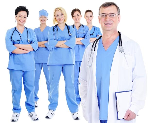 Il maturo medico esperto con i suoi colleghi Foto Gratuite