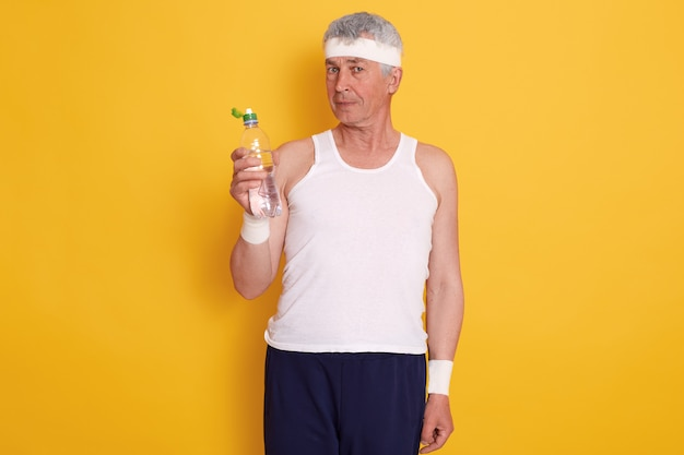 カチューシャと水のボトルを保持している成熟した男 無料写真