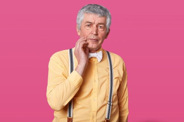 Зрелый человек страдает от зубной боли в домашних условиях Бесплатные Фотографии