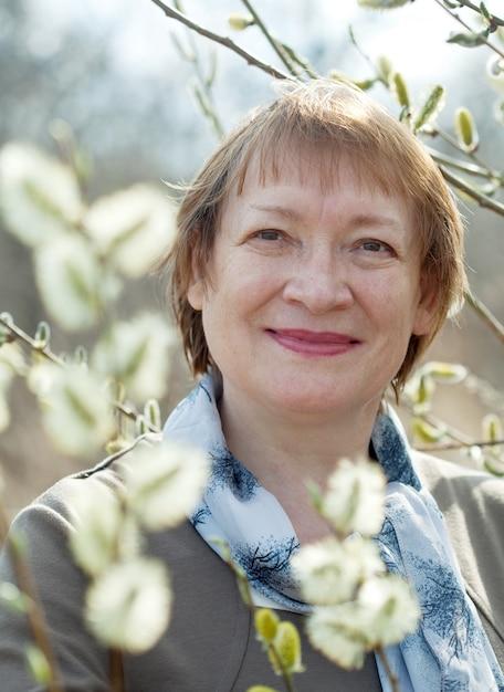 春のプッシーウィロー植物の成熟した女性 無料写真