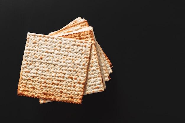 マッツァやマッツァの破片の写真。ユダヤ人の過越祭の休日のためのmatzah。 Premium写真