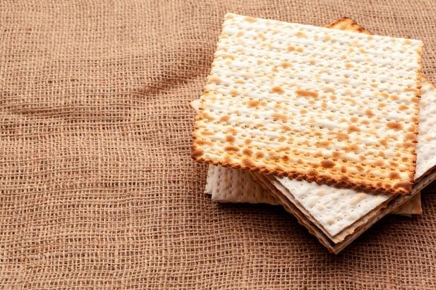 Matzo flatbread for jewish high holiday celebrations on the table Premium Photo