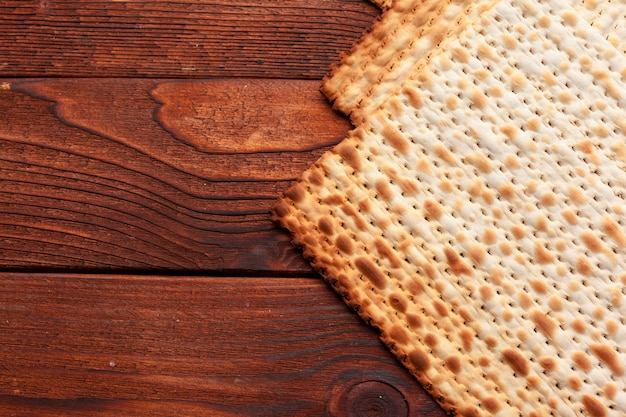 Matzo flatbread for jewish high holiday celebrations on the table Premium Photo