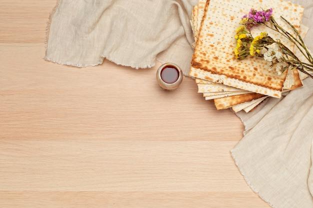 Matzo、ユダヤ人の過越祭のためのmatzoth Premium写真