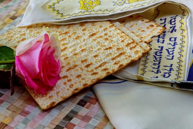 Matzoh jewish passover bread torah Premium Photo