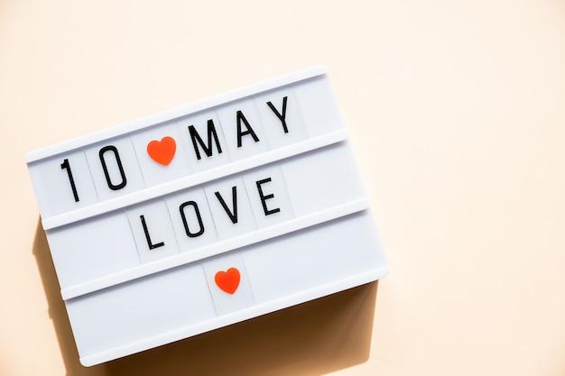 10 мая день матери открытка с маленьких красных сердечек на пастельных фоне. праздник, открытка. концепция дня матери. лучшая мама когда-либо Premium Фотографии