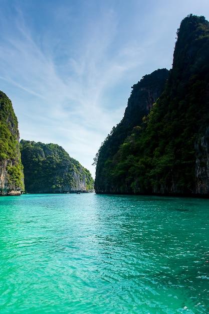 Maya bay phi phi leh island, krabi thailand Premium Photo
