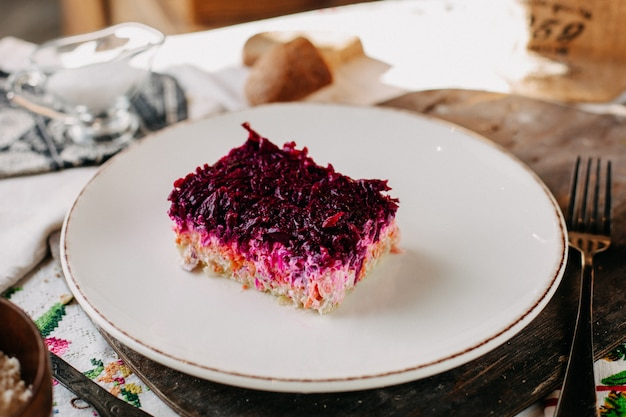 スライスしたビート紫野菜のマヨネーズサラダ、白い皿に塩漬けのペッパーチキン 無料写真